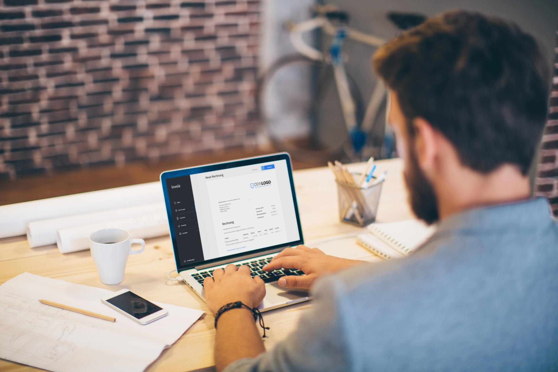 Freelancer erstellt seine Rechnung in invoiz