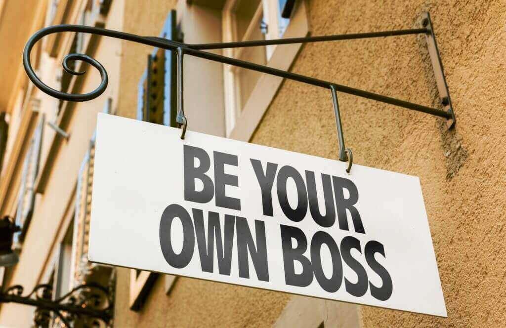 """Starte dein eigenes Business mit invoiz. Schild mit Schriftzug """"Be your own boss""""."""