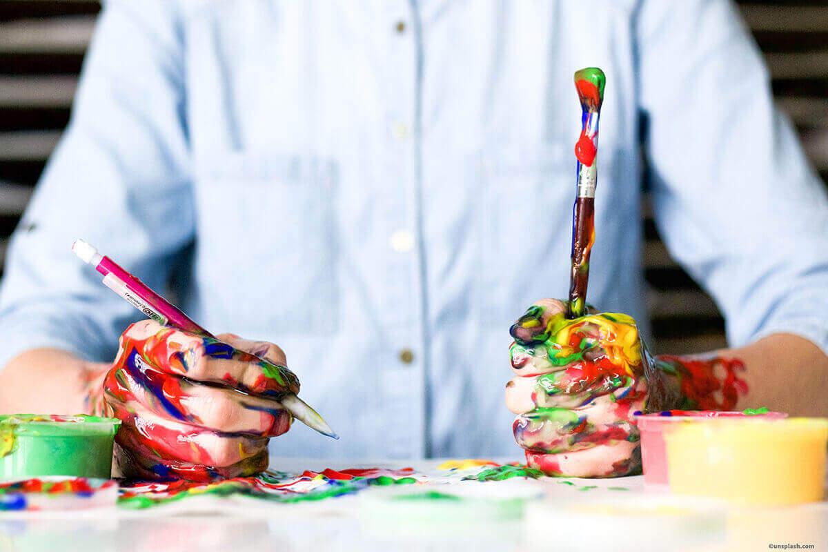 Malende Person, die seine Kreativblockade überwinden konnte.