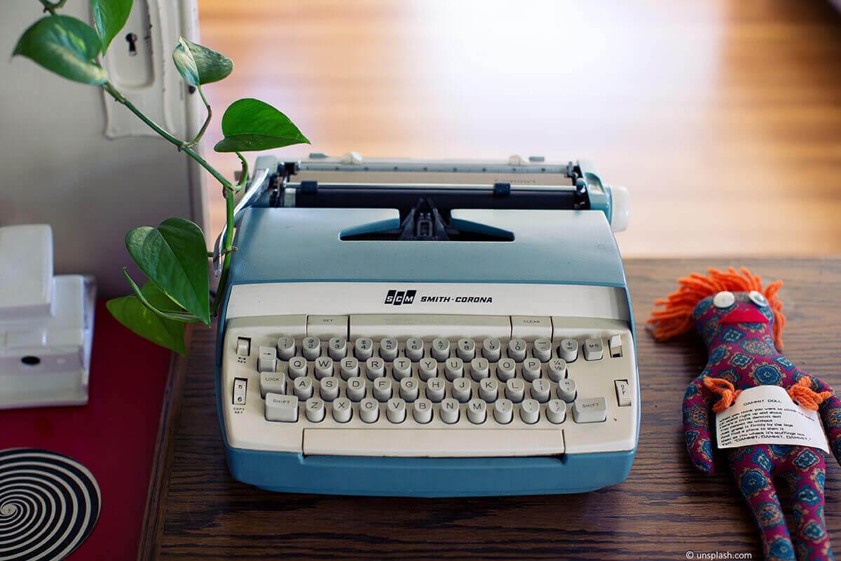 Blaue retro Schreibmaschine, mit der Rechnungen geschrieben werden können.