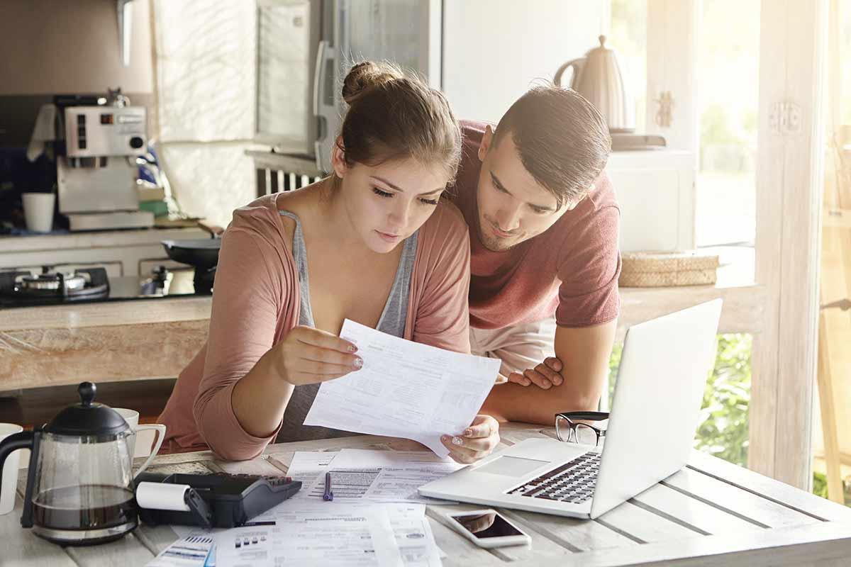 junges Paar bespricht Betriebsausgaben