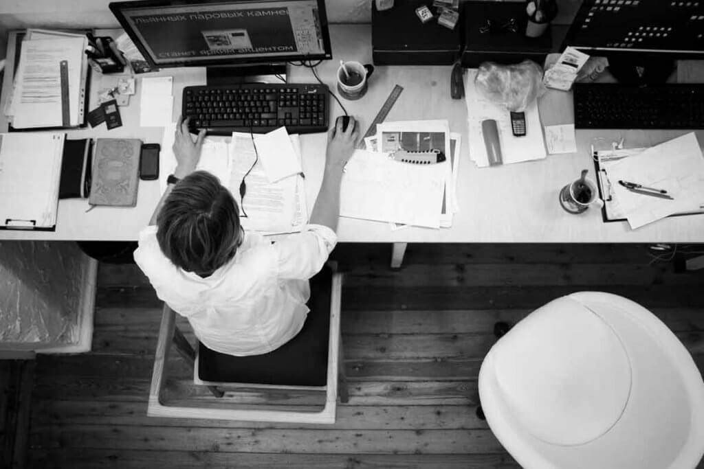Schreibtisch voller Unterlagen