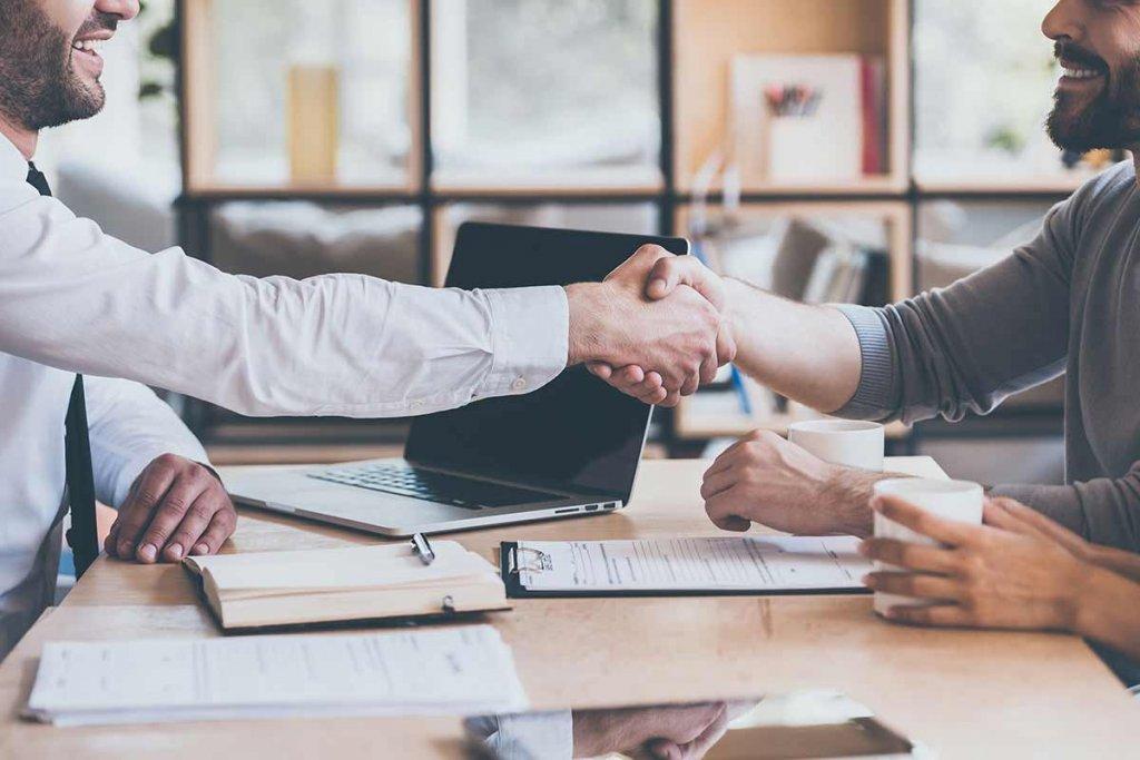 2 Geschäftspartner einigen sich
