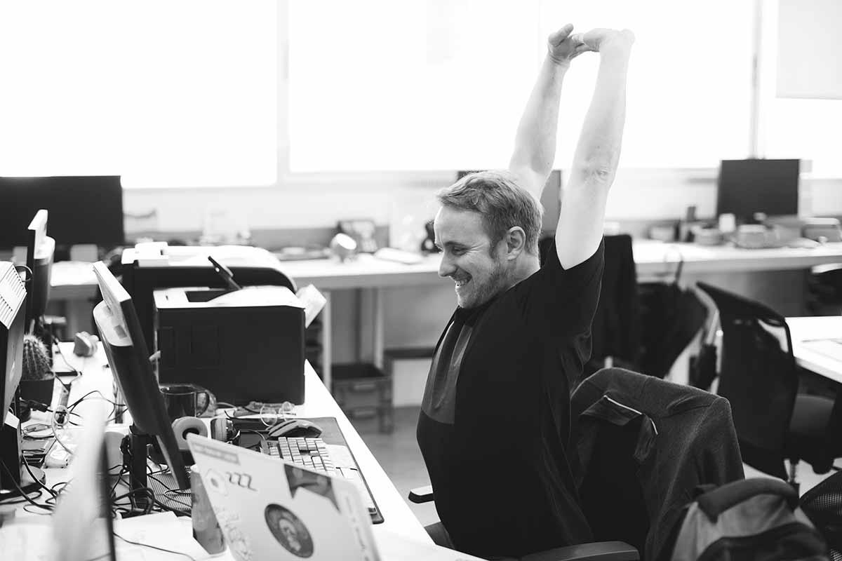 Freelancer freut sich über sein geschriebenes Angebot