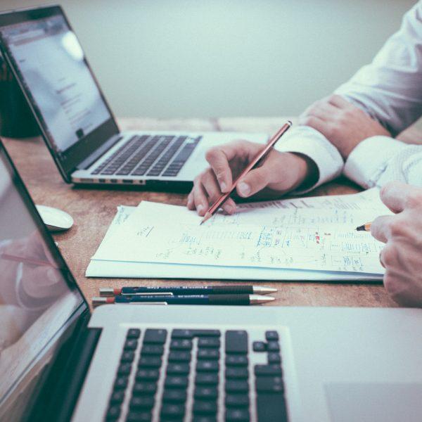 Brainstormen über Kleinunternehmer und Kleinunternehmen unterscheide