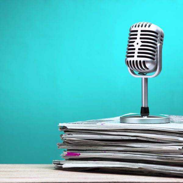 microphone und Zeitung